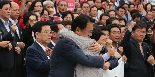두 남자는 진한 포옹을 나누고 국회 복귀를