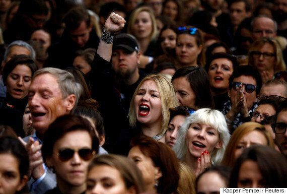 여성들의 '검은 시위'에 놀란 폴란드가 낙태전면금지법을 내다 버릴 가능성이