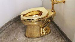 구겐하임 미술관 관람객은 이 황금 변기를 쓸 수