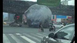 거대한 풍선이 중국 거리의 자동차들을