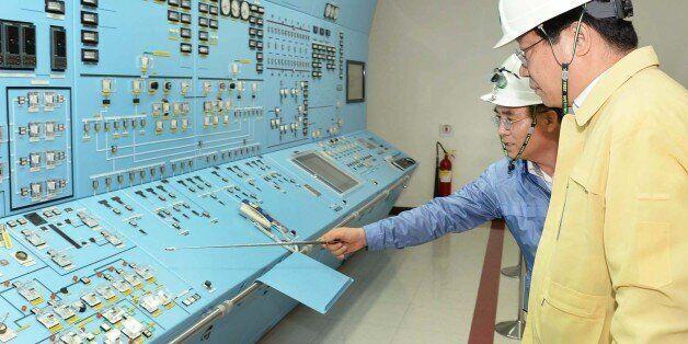 주형환 산업통상자원부 장관(오른쪽)이 13일 오후 경주 월성원자력발전소를 방문해 제1발전소장으로부터 수동정지된 원전 상황과 지진 관련 현황을 보고받고