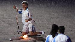 장애인 올림픽 성화봉송자는 넘어졌지만, 포기하지
