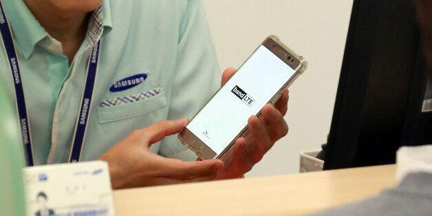 11일 서울 시내 한 삼성전자 휴대폰 서비스센터에서 갤럭시 노트7 사용자가 직원과 상담하고 있다. 삼성서비스센터는 불안해하는 노트7 사용자들을 위해 주말에도 노트7 기기 점검과 대여폰...