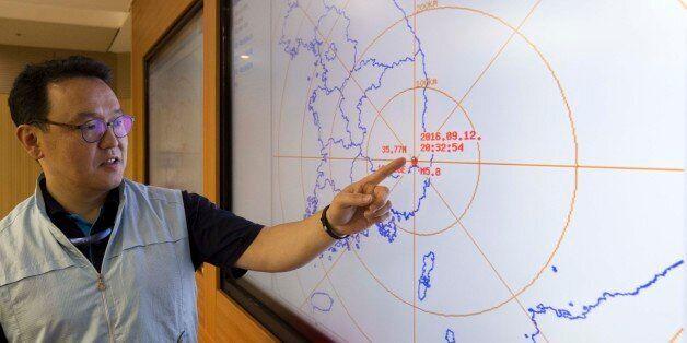 경북 경주시 남서쪽 9㎞ 지역에서 규모 5.1지진이 발생한 12일 오후 서울 동작구 기상청 국가지진화산센터에서 관계자가 자료를 설명하고