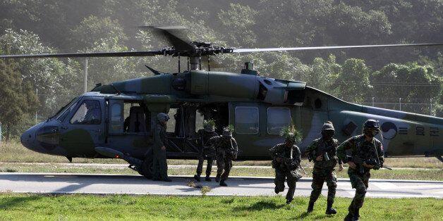 21일 화천 일대에서 펼쳐진 대규모 궁중강습 작전에 투입된 육군 27사단 소속 장병과 예비군이 헬기에서 내려 목표 지점으로 침투하고
