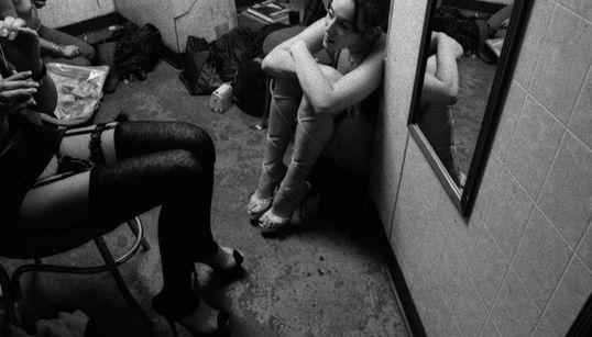 90년대 스트립클럽의 대기실을 찍은 흑백