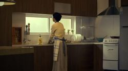 엄마가 '50년 동안' 싱크대 앞에서 설거지만 하는 이 광고는 좀 많이