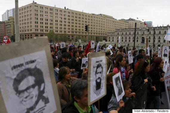 어느 칠레 여성은 시위대를 체포하려는 경찰을