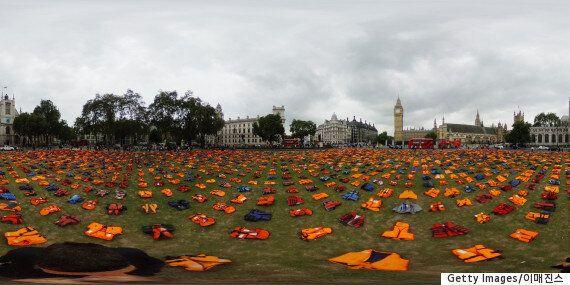 영국 국회의사당 앞에 수천 개의 구명조끼가 놓인
