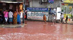방글라데시 수도 다카의 거리가 핏빛 빗물로