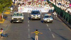 멕시코의 어느 소년이 반동성애 시위자들을