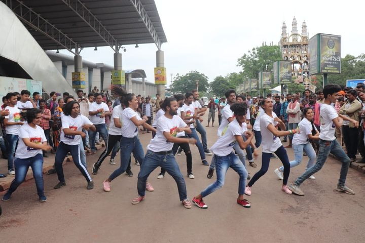 A flashmob in Bilaspur organised by Queergarh.