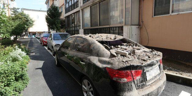 13일 오후 경북 경주시 성건동의 한 아파트에 주차된 차량 위에 전날 지진의 영향으로 떨어진 기와가 쌓여