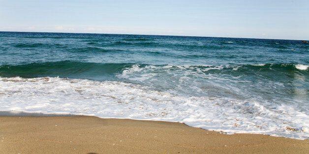 강원도 삼척 해변에서 머리·팔·무릎 아래가 없는 시신이