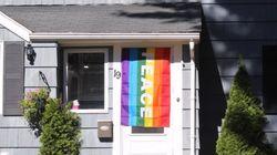 누군가 한 레즈비언 부부의 무지개 깃발을 훔쳤고, 이에 이웃 주민들이