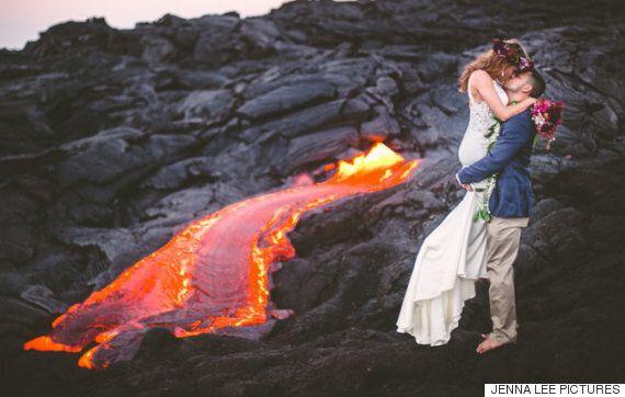한 신혼부부가 무려 1,000도나 되는 용암 옆에서 웨딩사진을