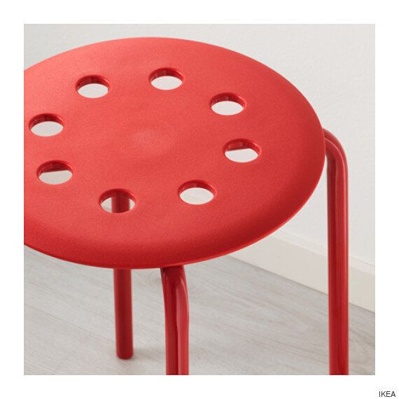 한 남자의 성기가 이케아의 구멍 뚫린 의자에 꼈고, 이케아가 최고의 답을