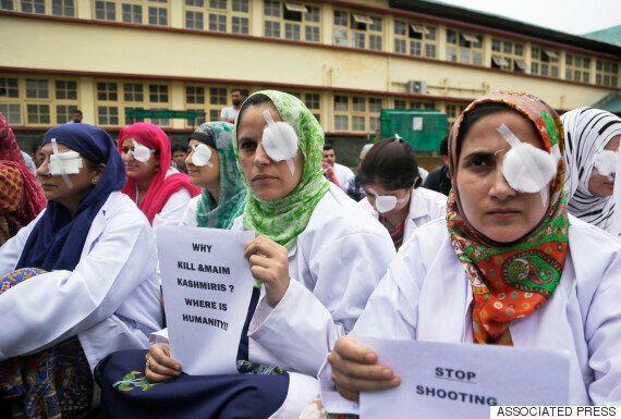 인도 시위서 경찰이 시위대를 향해 공기총 산탄을 쐈고, 수백명이 실명 위기에