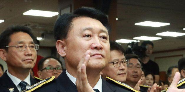 23일 서울 서대문구 경찰청에서 열린 강신명 경찰청장 이임식에서 강신명 청장(오른쪽)과 경찰청장 후보자인 이철성 차장이 나란히 참석해