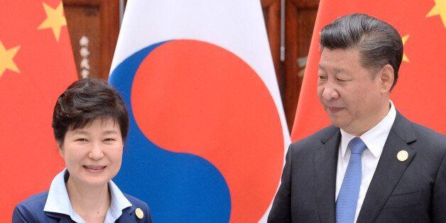 박근혜 대통령과 시진핑 중국 국가주석이 5일 오전(현지시간) 중국 항저우 서호에서 열린 한-중 정상회담에서 악수하고