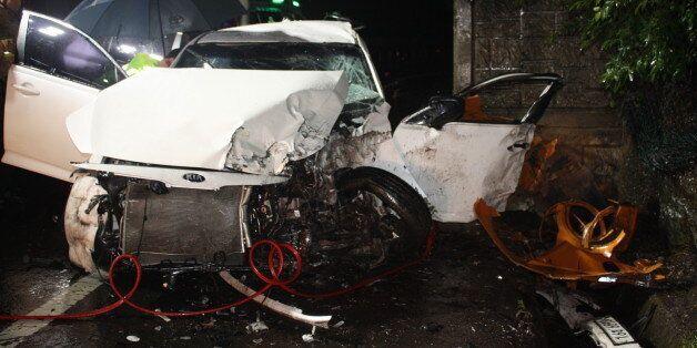 3일 오전 4시25분께 대구시 달성군 논공읍 남리에서 옹벽을 들이받은 승용차. 이 사고로 운전자 최모(19)군을 포함해 고고생 5명이 크게 다쳐 병원으로 옮겼지만 모두