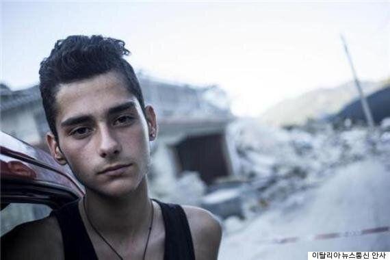 이 17세 소년은 이탈리아 지진 현장서 무려 7명이나