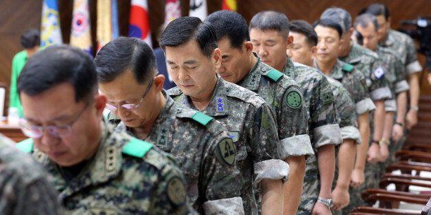 2014년 열린 긴급 전군지휘관회의에서 군 지휘관들이 묵념하고 있는