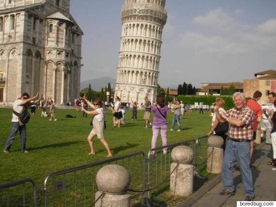 피사의 사탑에서 관광사진을 찍는 새로운