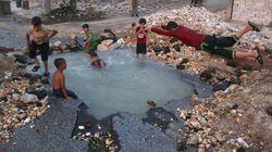 미사일이 투하된 자리는 시리아 아이들의 물놀이장이