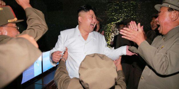 김정은 북한 노동당 위원장이 간부들과 잠수함발사탄도미사일(SLBM) 시험발사 참관 후 기뻐하고