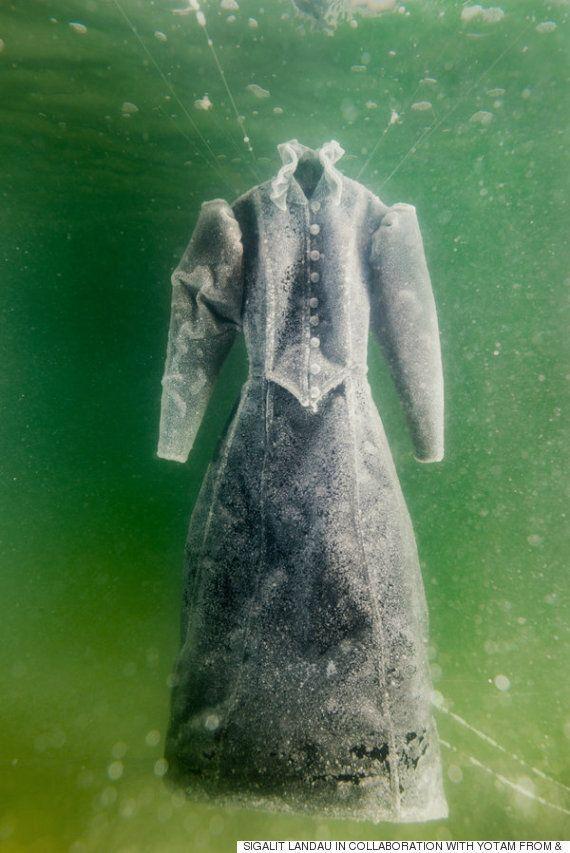 사해(死海)에 검은 드레스를 담가놓았더니, 2개월 후 '웨딩드레스'가