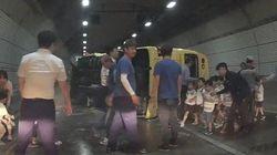전도된 버스에서 21명의 유치원생을 구조한 건, 10여명의