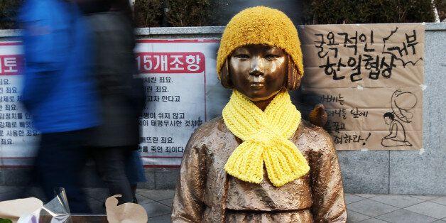일본은 '우리가 10억엔을 내면 다음은 한국이 나설 차례'라며 소녀상 철거를 압박할