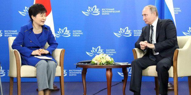 박근혜 대통령과 블라디미르 푸틴 러시아 대통령이 3일(현지시간) 러시아 블라디보스토크 극동연방대학에서 열린 정상회담에서 대화하고