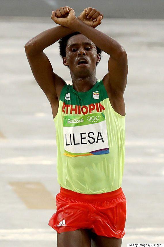 'X자 세레머니'로 반정부 시위한 에티오피아 육상 선수를 위해 전 세계가