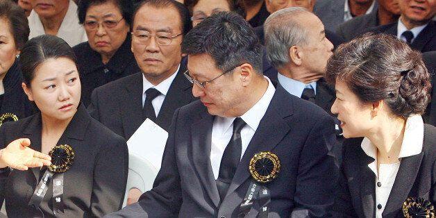 2007년 10월 26일 박근혜 한나라당 전 대표(당시)가 국립현충원 박 전 대통령 묘역에서 민족중흥회 주관으로 열린 박정희 전 대통령 서거 28주기 추도식에 참석, 동생 근령, 지만씨...