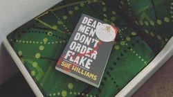 멜버른의 버스와 기차 좌석을 차지한 책들의