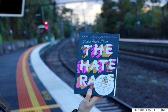 호주 멜버른의 버스와 기차 좌석을 점령한 책들의 정체는 매우