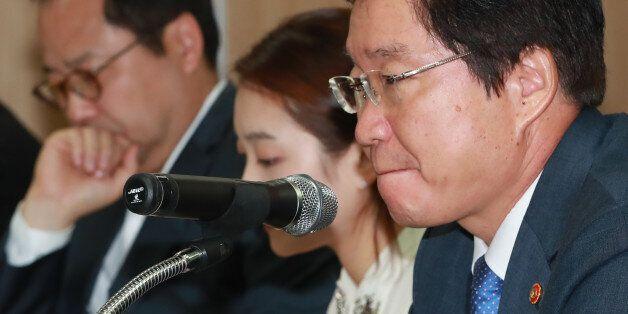 김영석 해양수산부 장관(오른쪽)이 6일 오후 서울 여의도 해운빌딩에서 열린 해운동맹 'CKYHE' 소속 선사 등 국내외 주요 선사 관계자들과의 간담회에 참석해 발언에 앞서 생각에 잠겨