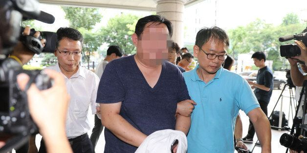 고등학교 동창인 현직 부장검사에게 사건 무마 청탁을 한 의혹을 받는 사업가 김모씨가 5일 오후 검찰에 체포돼 서울 서부지방법원으로 들어가고