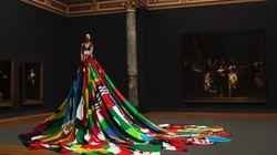 이 드레스가 딱 72개 나라의 국기로만 만들어진 이유는 좀
