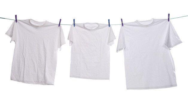 '교복 안에 흰 티셔츠를 입으라'는 규칙에 비판이 이어지고 있다