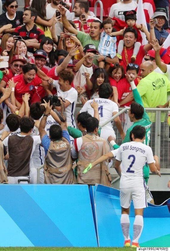 올림픽 축구대표팀이 경기 후 관중석으로 뛰어올라간 이유 (사진,