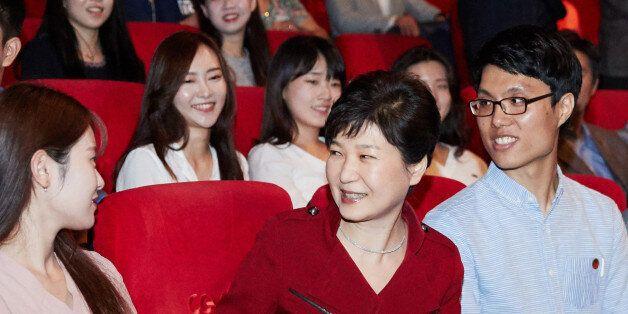 청와대는 박근혜 대통령의 '인천상륙작전' 관람 배경을 이렇게
