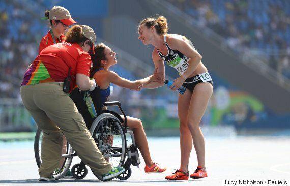 이 육상선수는 경기도중 함께 넘어진 선수에게 손을 내밀었다(사진,