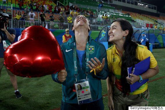 모든 경기가 끝난 후, 올림픽 경기장 매니저는 선수에게 프로포즈를
