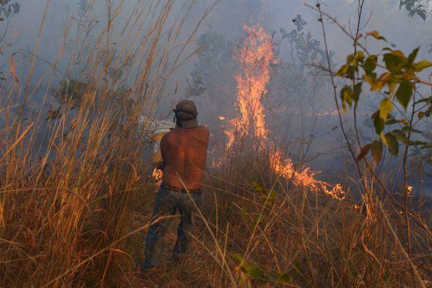 Morador tenta controlar pontos de queimadas em Agua Boa, Mato Grosso, Brasil, no dia 4 de
