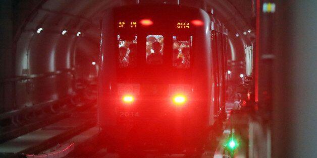 인천지하철 2호선 역에 발 끼인 아이를 승객들이