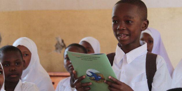 지난 11일(현지시간) 미짐비니 초등학교에서 한 학생이 친구들 앞에서 스와힐리어로 번역한 흥부놀부 동화책을 읽고