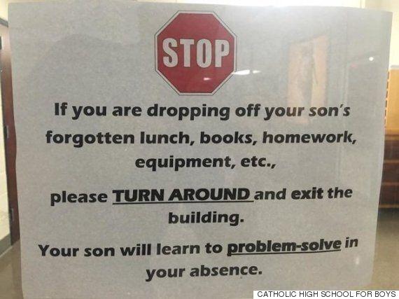 개학을 앞둔 고등학교가 학교 건물 입구에 학부모 안내문을 붙인